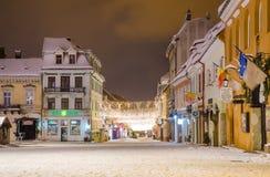 La via e Sfatului di Republicii quadrano nella regione della Transilvania della città di Brasov di Romania durante l'inverno Fotografia Stock Libera da Diritti