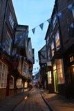La via famosa strascica i piedi a York durante l'ora blu fotografie stock