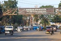 La via ha ammucchiato con molti tricicli, molto comuni nelle Filippine immagini stock libere da diritti