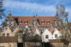 La via ha chiamato Kloostertuin con le costruzioni monumentali in Dordrecht, Paesi Bassi immagine stock libera da diritti