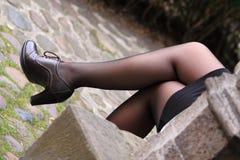La via ha sparato i piedini femminili sexy attraversati Immagine Stock Libera da Diritti