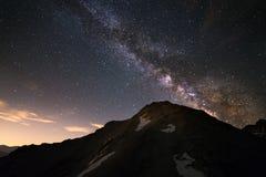 La Via Lattea alta nelle alpi Immagini Stock