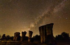 La Via Lattea aumenta sopra la pietra fotografie stock libere da diritti