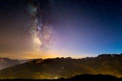 La Via Lattea d'ardore variopinta ed il cielo stellato sopra le alpi francesi ed il DES maestoso Ecrins del massiccio Immagini Stock Libere da Diritti
