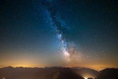 La Via Lattea ed il cielo stellato hanno catturato ad elevata altitudine nell'estate sulle alpi con la valle d'Aosta d'ardore qui Immagine Stock Libera da Diritti