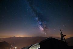 La Via Lattea osservata dal livello su nelle alpi Immagine Stock