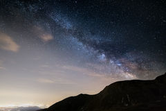 La Via Lattea osservata dal livello su nelle alpi Immagini Stock