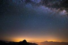 La Via Lattea osservata dal livello su nelle alpi Fotografia Stock