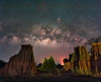 La Via Lattea sopra il canyon alle formazioni rocciose di Lalu parcheggia, Sakaeo, Fotografia Stock Libera da Diritti