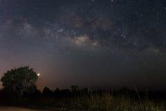 La Via Lattea sopra la strada non asfaltata prima di alba Fotografia Stock