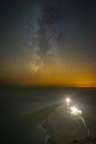 La Via Lattea sopra un faro Fotografie Stock Libere da Diritti