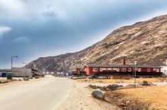 La via nello stabilimento di Kangerlussuaq con la piccola vita alloggia Amon Immagini Stock