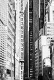 La via in pieno degli edifici alti crea un'illusione di un corridoio Fotografia Stock