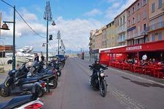La via popolare di Quai Jean Jaures a St Tropez fotografia stock libera da diritti