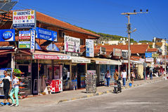 La via principale con i negozi fotografia stock