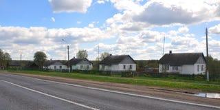 La via principale nel villaggio di Zvenchatka belarus fotografia stock