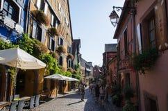 La via principale nel villaggio Riquewihr nell'Alsazia in Francia Immagini Stock Libere da Diritti