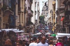 La via stretta di Buenos Aires è ammucchiata con la gente Shevelev Immagini Stock Libere da Diritti