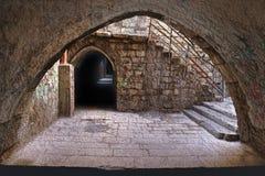 La via stretta nel quarto arabo di vecchia C fotografie stock