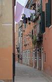 La via stretta a Venezia Fotografie Stock Libere da Diritti
