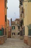 La via stretta a Venezia Immagini Stock