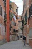 La via stretta a Venezia Fotografia Stock Libera da Diritti