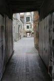 La via stretta a Venezia, Italia Fotografia Stock