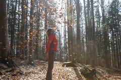 La viandante adatta della donna che gode della natura, gettante va Immagine Stock