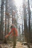 La viandante adatta della donna che gode della natura, gettante va Fotografia Stock Libera da Diritti