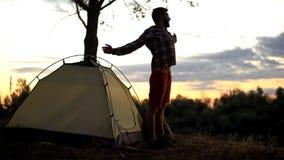 La viandante che allunga vicino alla tenda nella mattina, aspetta alla nuove avventura ed impressioni fotografie stock libere da diritti