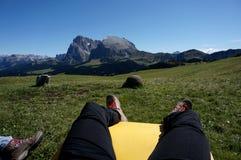 La viandante gode della rottura con la vista impressionante alle montagne della dolomia Fotografia Stock Libera da Diritti