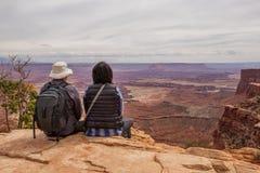 La viandante incontra il tramonto al grande punto di vista in Canyonlands p nazionale Fotografie Stock