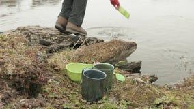 La viandante lava i piatti nel lago norway video d archivio