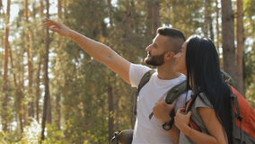 La viandante maschio solleva la sua mano su archivi video