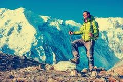 La viandante raggiunge la sommità del picco di montagna Successo, libertà e immagine stock libera da diritti