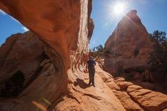 La viandante riposa nel parco nazionale di arché nell'Utah, U.S.A. immagine stock libera da diritti