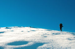 La viandante scala alla cima della montagna Fotografia Stock Libera da Diritti
