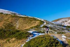 La viandante scala sulla traccia verso l'alta montagna Ridge Immagini Stock Libere da Diritti