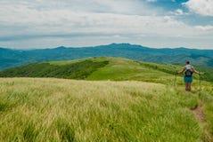 La viandante si ferma per una rottura sulla montagna calva Fotografia Stock