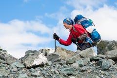 La viandante sta scalando il pendio roccioso della montagna in montagne di Altai, Ru Immagini Stock Libere da Diritti