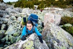 La viandante sta scalando il pendio roccioso della montagna in montagne di Altai, Ru Fotografie Stock Libere da Diritti
