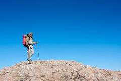 La viandante sta scalando la montagna fotografie stock