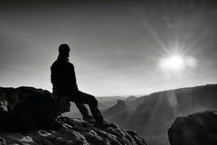 La viandante stanca prende un resto in natura Sommità della montagna sopra la foresta in valle Viaggiando nei parchi naturali eur Fotografia Stock