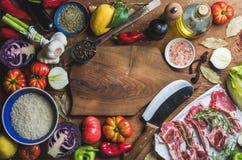 La viande crue crue d'agneau coupe, riz, pétrole, épices et légumes Photos libres de droits