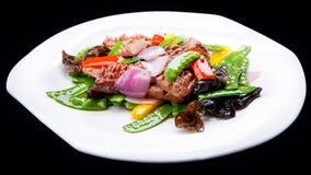 La viande de friture de champignon d'isolement sur le fond noir, cuisine chinoise Images stock