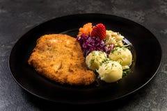 La viande de porc a servi avec la pomme de terre et la salade du plat images libres de droits