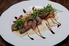 La viande de verrat frite aux oignons et le harnirovane pidpenkamy ont écrasé le PO Photographie stock