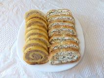 La viande et le fromage ont coupé en tranches le pain de ‹d'†de ‹d'†d'un plat sur un fond blanc Photo stock