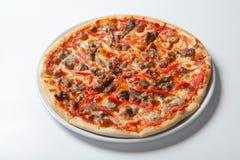 La viande faite maison aime la pizza avec des pepperoni saucisse et lard Images libres de droits