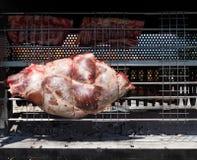 La viande fraîche et crue de taureau juste a mis dessus le gril tournant, prêt pour le barbecue Photographie stock